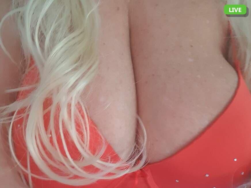 Blonde ältere Frau mit riesigen Titten im Chat