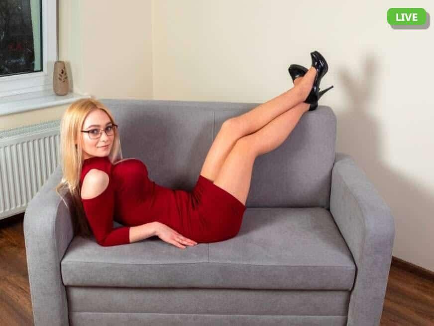 In geiler Sexchat zeigt sie mehr als ihre schlanken Beine